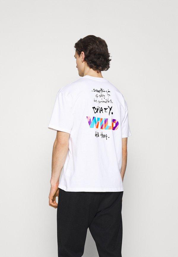 Nike Sportswear TEE WILD - T-shirt z nadrukiem - white/biały Odzież Męska MNGA
