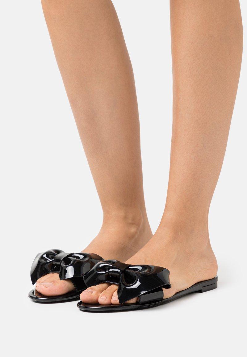 Red V - Pantofle - nero