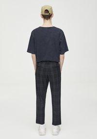 PULL&BEAR - DUNKELGRAUE KARIERTE HOSE, ENG GESCHNITTEN 05670526 - Kalhoty - black - 2