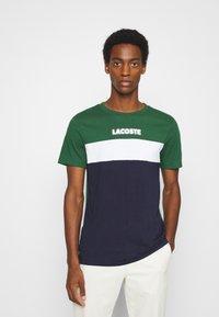 Lacoste - T-shirt print - dark green/dark blue/white - 0