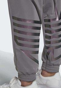 adidas Originals - LARGE LOGO TRACKSUIT BOTTOMS - Spodnie treningowe - grey - 5