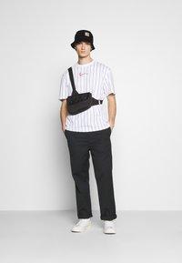 Karl Kani - SMALL SIGNATURE PINSTRIPE TEE UNISEX - Print T-shirt - white/black - 1