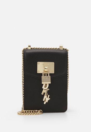 ELISSA PHONE CBODY PEBBLE - Across body bag - black/gold