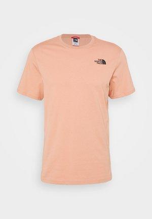 REDBOX TEE   - T-shirt con stampa - pinkclay