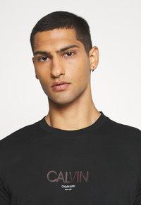 Calvin Klein - SMALL TONE LOGO - T-shirt med print - black - 3