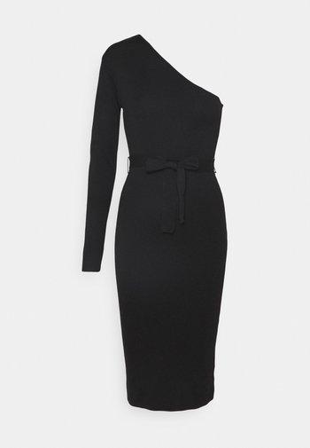 ONE SHOULDER BELTED MIDI DRESS - Strikket kjole - black
