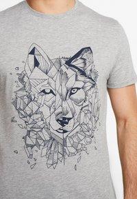 Pier One - T-shirt med print - mottled grey - 5