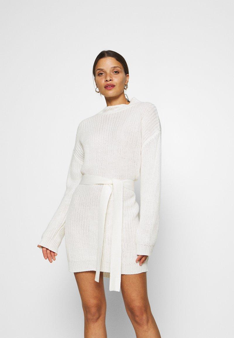 Missguided Petite - BASIC DRESS WITH BELT - Vestido de tubo - off white