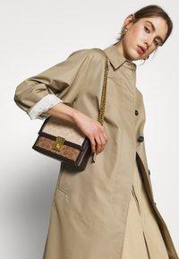 Coach - SIGNATURE BLOCK HUTTON SHOULDER BAG - Handtasche - tan/sand - 1