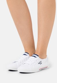 Pepe Jeans - ABERLADY ECOBASS - Trainers - white - 0