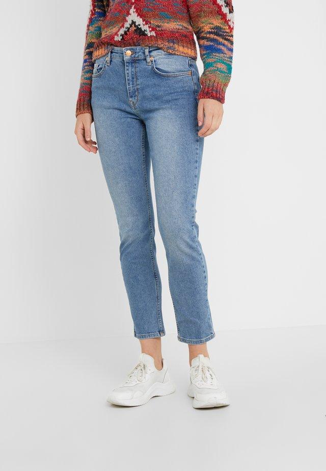 RAE CLASSIC - Slim fit jeans - indigo heavy enzyme