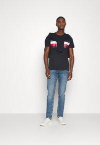 Tommy Hilfiger - STRIPE TEE - T-shirt z nadrukiem - blue - 1