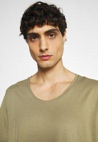 Selected Homme - SLHWYATT O NECK TEE  - T-shirt - bas - aloe - 3