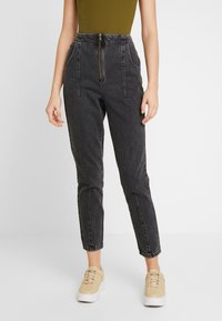 Topshop - DART MOM - Džíny Relaxed Fit - washed black - 0