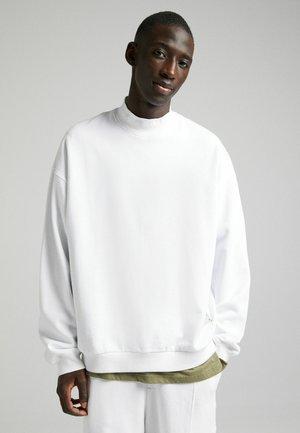 MIT ROLLKRAGEN  - Sweatshirt - white