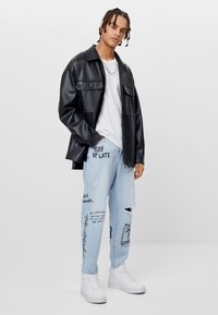 Bershka - MIT GRAFFITI  - Jeansy Relaxed Fit - blue denim - 1