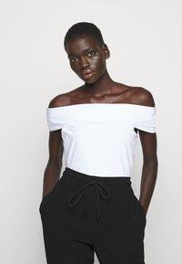 Theory - SABRYNNA DIVISION  - Print T-shirt - white - 0