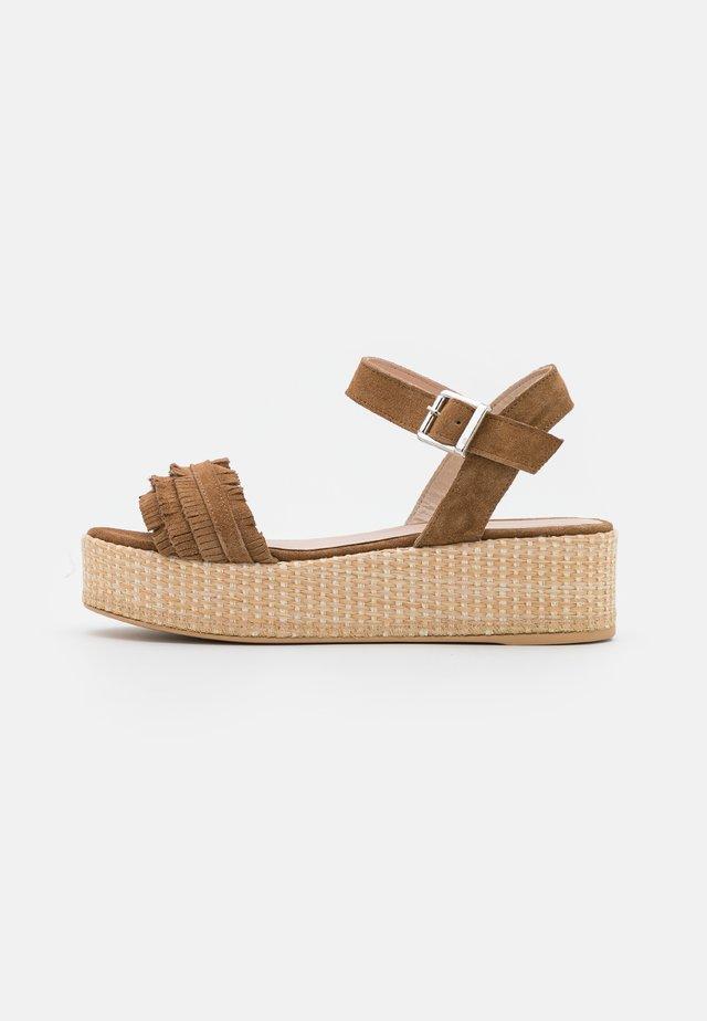 Sandály na platformě - tobacco