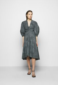Proenza Schouler White Label - EXAGGERATED SLEEVE FITTED DRESS - Denní šaty - steel blue/black - 0