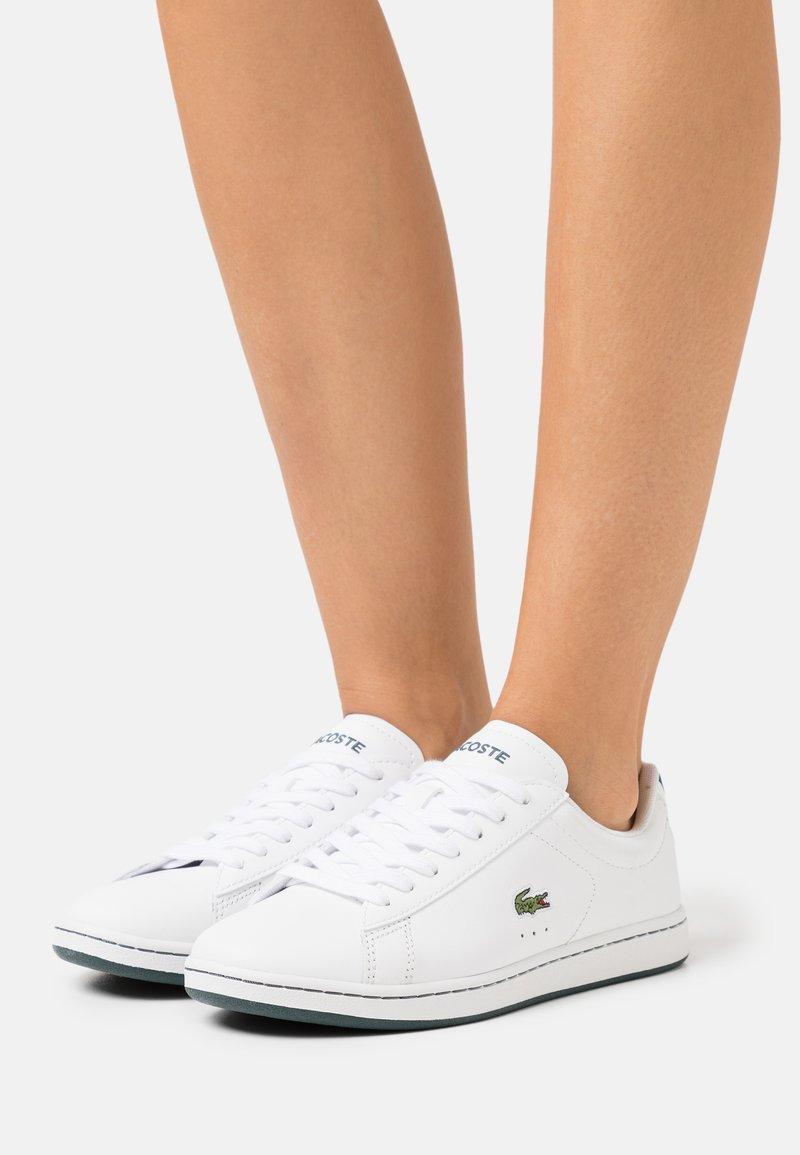 Lacoste - CARNABY EVO - Tenisky - white/dark green