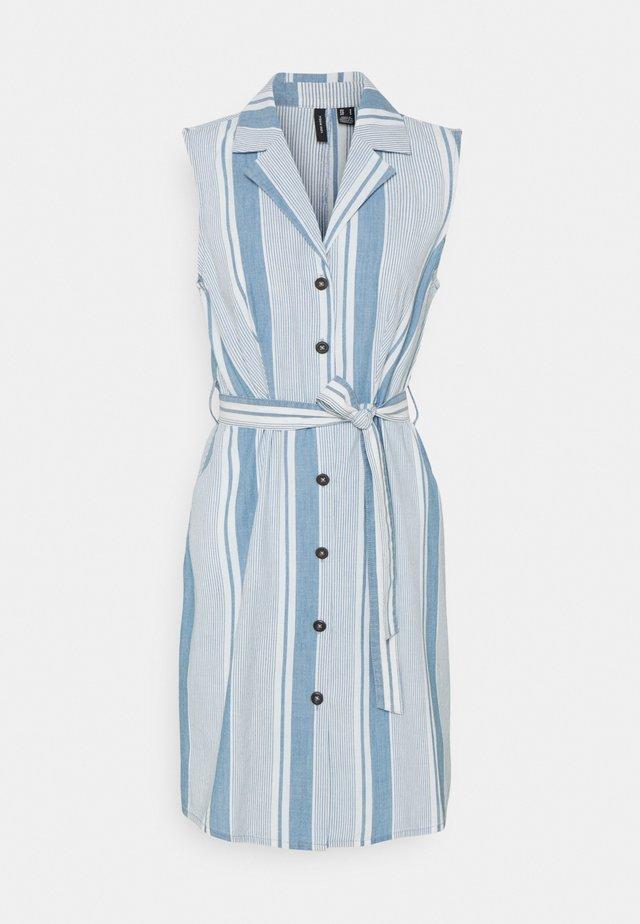 VMAKELASANDY  SHORT DRESS - Denimové šaty - light blue denim/white