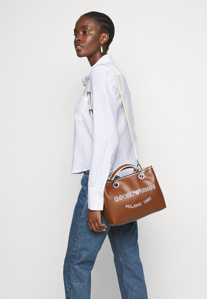 Emporio Armani - MYEA SIMILNAP LOGO SET - Handbag - tobac/lemon/white