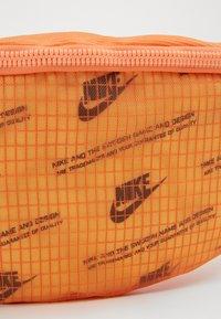 Nike Sportswear - HERITAGE HIP PACK  - Riñonera - melon tint/orange frost/white - 3