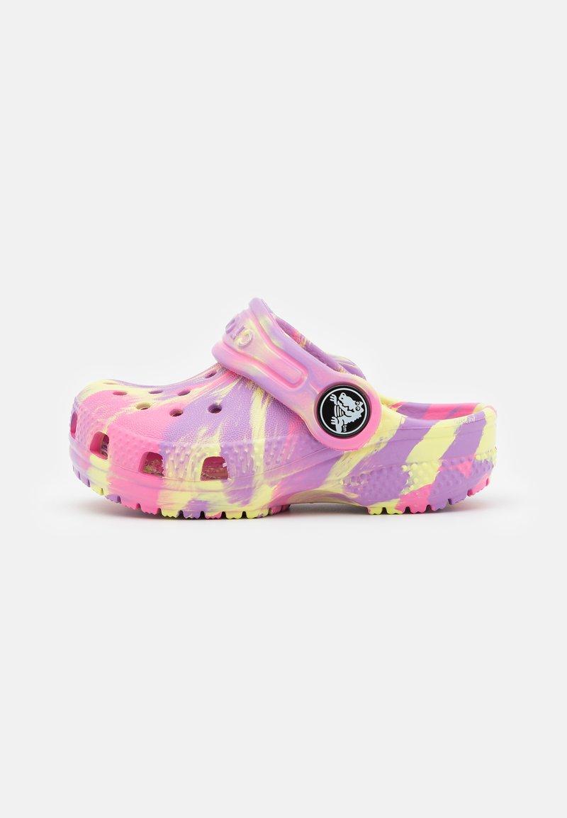Crocs - CLASSIC MARBLED - Pantofle - pink lemonade/multicolor