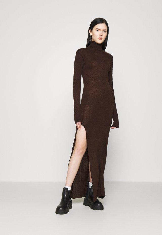 MAXI DRESS - Gebreide jurk - brown
