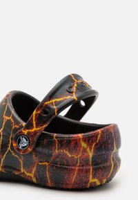 Crocs - BISTRO GRAPHIC UNISEX - Klapki - black/flame - 5