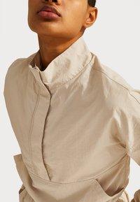 Sweaty Betty - SWEATY BETTY X HALLE BERRY LETICIA TRACK - Langarmshirt - pebble beige - 3