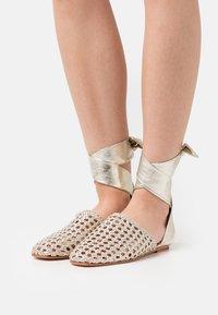 Melvin & Hamilton - MELLY 8 - Ankle strap ballet pumps - platint/natural - 0