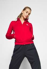 adidas Performance - TEAM SPORTS TRACKSUIT - Dres - scarle/legink