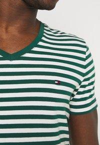 Tommy Hilfiger - STRETCH V NECK TEE - T-shirt - bas - rural green/ivory - 4