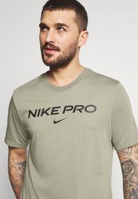 Nike Performance - TEE PRO - T-shirt z nadrukiem - light army - 3
