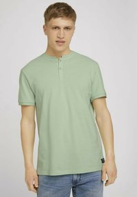 TOM TAILOR DENIM - MIT STREHKRAGEN - Basic T-shirt - smooth green - 0
