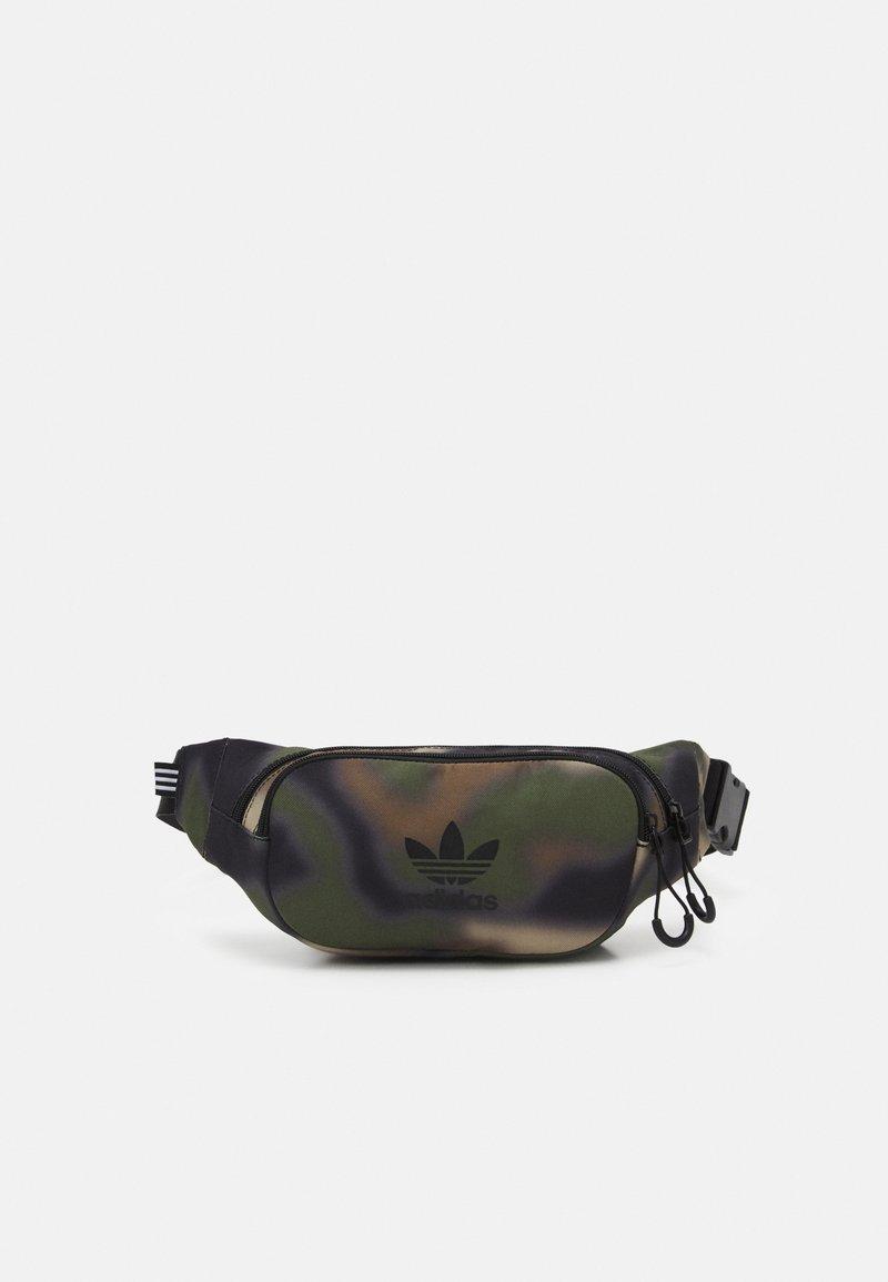 adidas Originals - CAMO WAISTBAG UNISEX - Bältesväska - hemp/wild pine/black