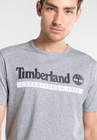 Timberland - Print T-shirt - medium grey heather-white - 3