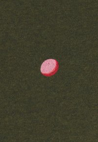 Scotch & Soda - WITH SMALL PRINT - T-shirt med print - dark green/light pink - 2
