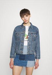 Levi's® - EX-BOYFRIEND TRUCKER - Giacca di jeans - concrete indigo - 0