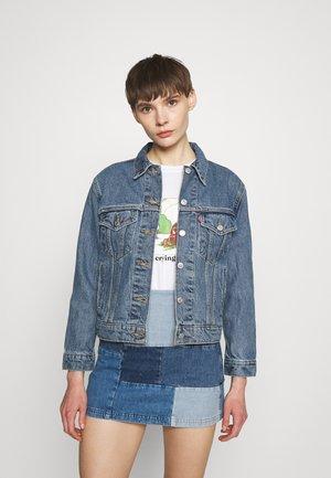 EX-BOYFRIEND TRUCKER - Giacca di jeans - concrete indigo