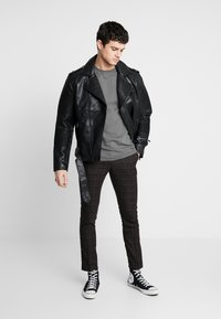 New Look - PASO HARRY GINGER HIGHLIGHT CHECK  - Pantalon de costume - dark brown - 1