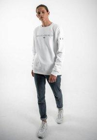 PLUSVIERNEUN - STUTTGART - Sweatshirt - white - 1