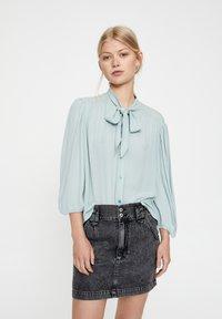 PULL&BEAR - MIT 3/4-ÄRMELN UND SCHLEIFE 05474380 - Button-down blouse - blue - 0