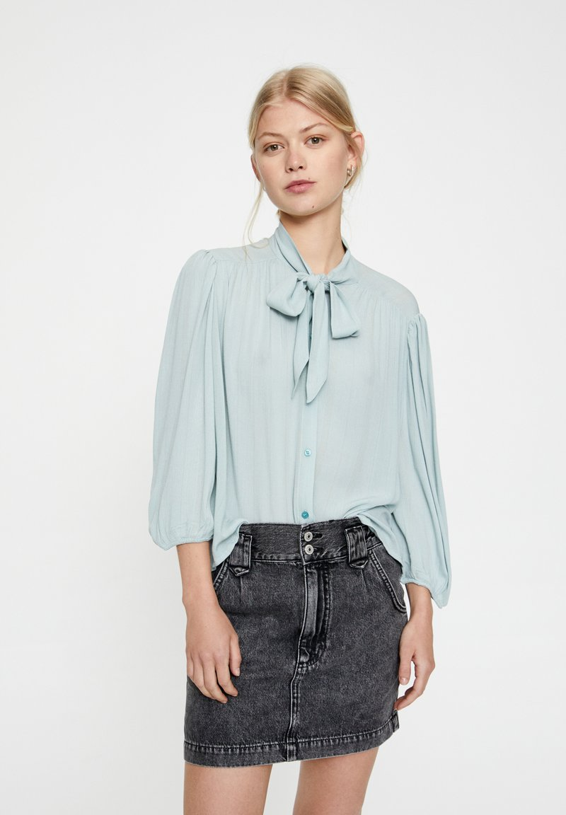 PULL&BEAR - MIT 3/4-ÄRMELN UND SCHLEIFE 05474380 - Button-down blouse - blue