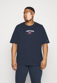 Tommy Jeans Plus - TIMELESS SCRIPT TEE - Print T-shirt - twilight navy - 0