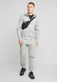 Nike Sportswear - CLUB PANT - Trainingsbroek - dark grey heather - 1