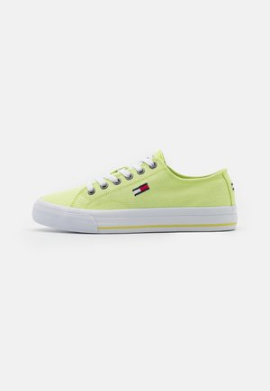 Trainers - faded lime