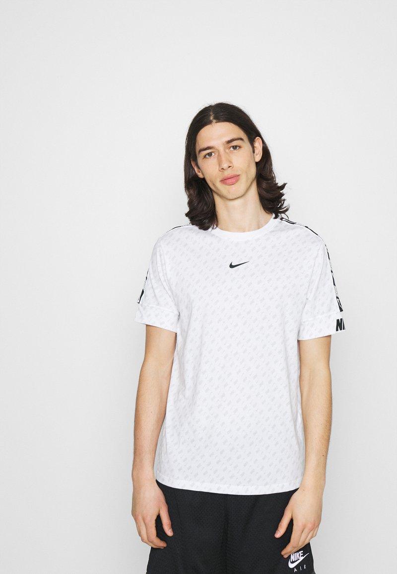 Nike Sportswear - REPEAT TEE - T-shirt imprimé - white/black