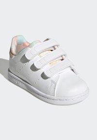 adidas Originals - STAN SMITH ORIGINALS PRIMEGREEN SHOES UNISEX - Sneakers basse - ftwr white/haze coral/ftwr white - 1